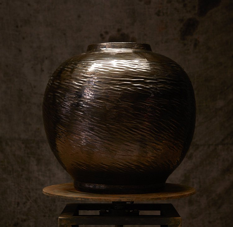 LARGE ROUND TREACLE GLAZED OPEN JAR  WITH A RIBBED FINISH