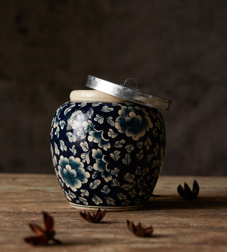 STUNNING HERITAGE B&W FLORAL COVERED JAR